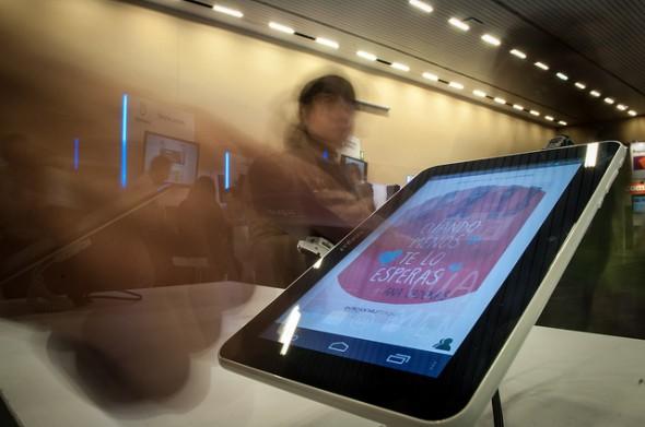 Un visitante mira las novedades de la feria en una tablet. / FIL