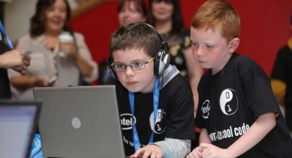 Niños aprenden programación web durante un evento. / G.T.