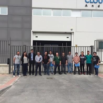 El grupo de alumnos posa junto a la puerta de acceso de Cloud Center Andalucía. / G.T.