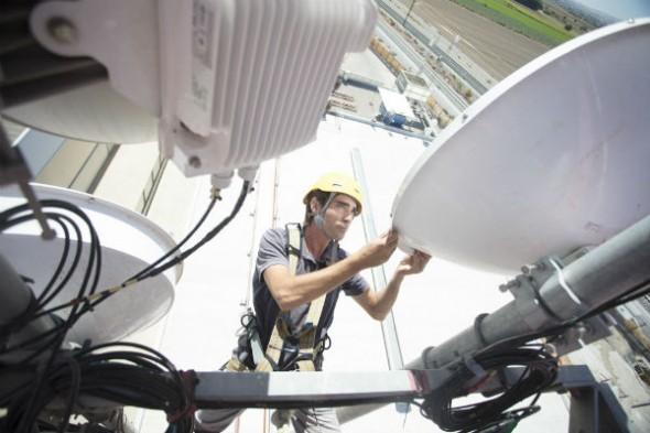 Un compañero trabaja en las instalaciones de nuestro Cloud Center Andalucía. / A.A.